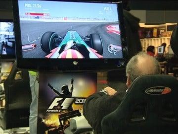 Un señor jugando a un videojuego