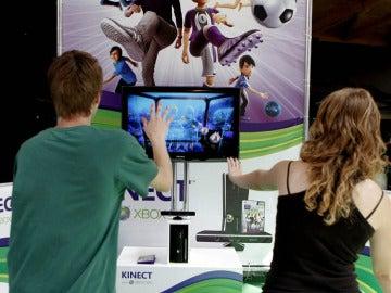 Dos jóvenes prueban una de las novedades de Gamelab en Barcelona.