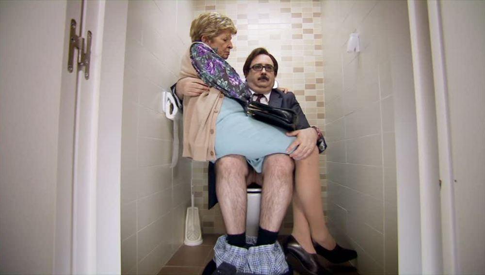 Rosario se lleva a la tía de Emilio al baño