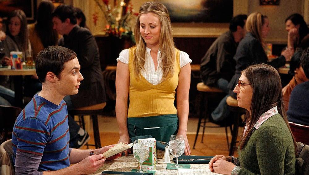 Penny enseña a Sheldon a ser un buen novio