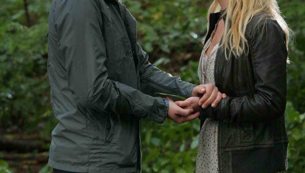 Adam muestra a Cassie lo que son capaces de hacer juntos