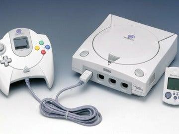 La Dreamcast, con el VMU y su mando