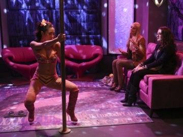 Max y Caroline buscan a una stripper
