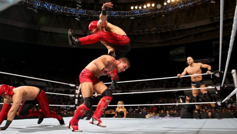 Kidd y Cesaro se enfrentan a Los Matadores