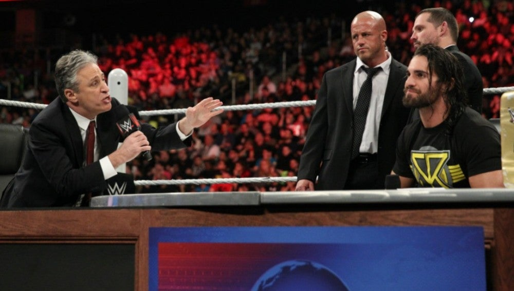 John Stewart vista Raw para a responder al desafío que Seth Rollins