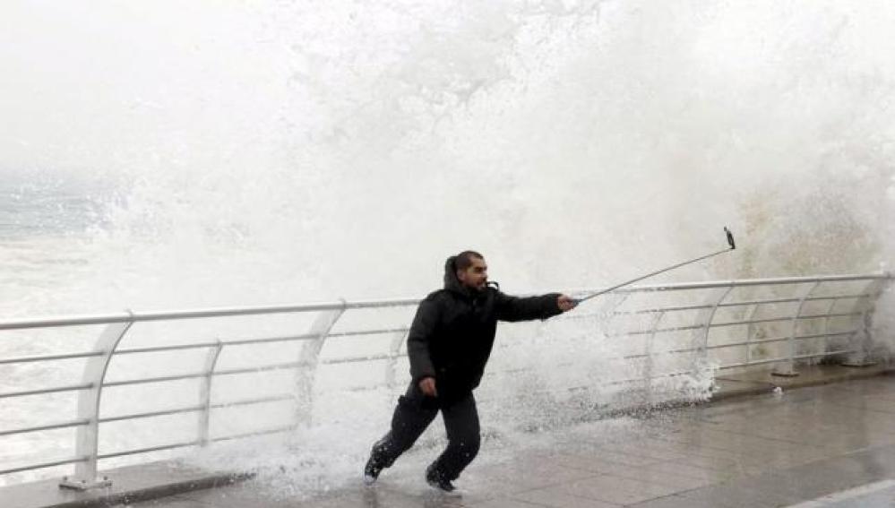 Hombre haciéndose un 'selfie' durante una tormenta
