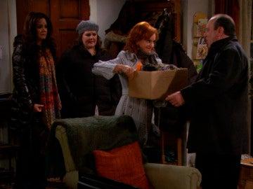 Joyce le pide a Vince que se mude a vivir con ella