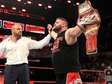 Kevin Owens se convierte en el nuevo campeón universal de WWE
