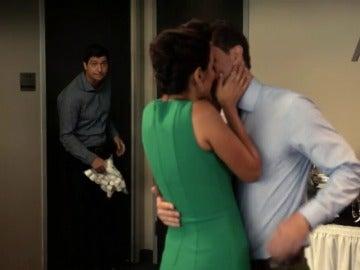 Frame 39.047953 de: Matt y Collen, pillados in fraganti en la oficina