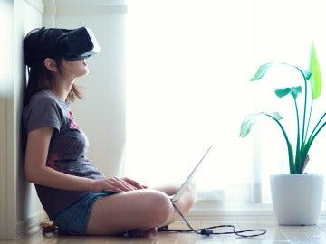 Niña con unas gafas de realidad virtual
