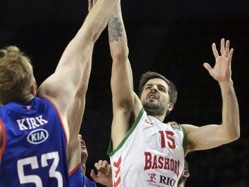 Momentos del partido entre el Efes y el Baskonia euroliga