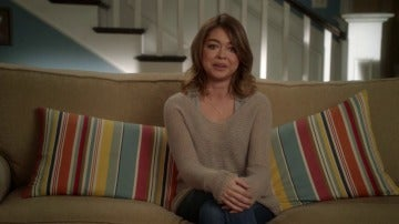 Frame 33.233332 de: Haley pide ayuda a Manny para que le explique de qué va Juego de Tronos
