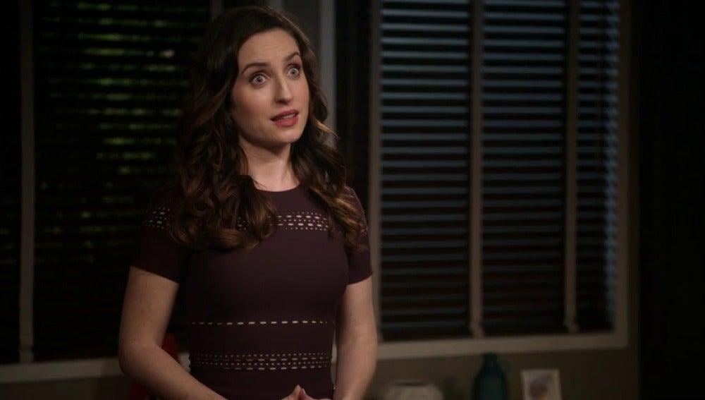"""Frame 23.250416 de: """"Creo que estás un poco atocinada para ponerte un traje tan apretado"""""""