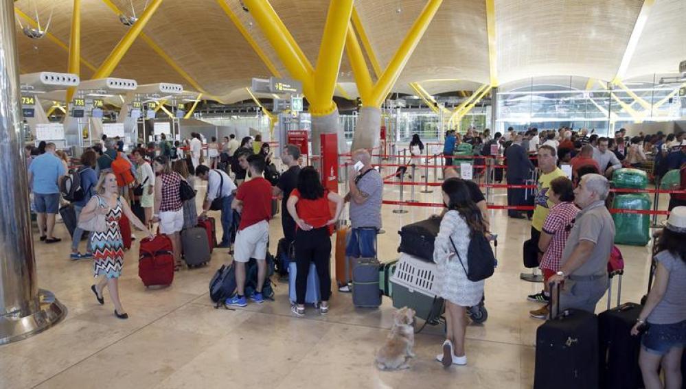 Viajeros esperan para facturar su equipaje en de la T4 del aeropuerto de Adolfo Suárez Madrid-Barajas