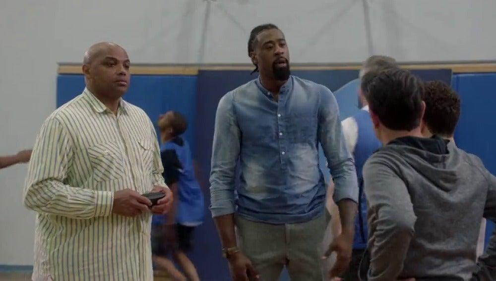 Frame 22.291653 de: Dos estrellas de la NBA ven la actuación estelar de Phil Dunphy