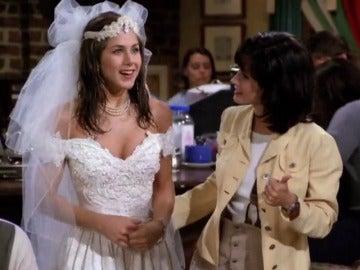 Rachel, vestida de novia, se reencuentra con su antigua compañera, Mónica