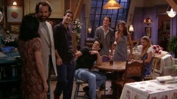 Mónica, sorprendida por la reacción de sus amigos con su nuevo novio Alan