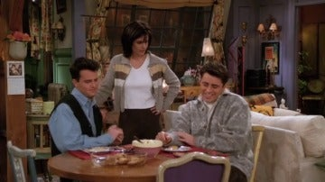 Mónica les pide a Chandler y a Joey que inviten a su novio Rick al baloncesto