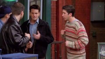 La inevitable pelea de Chandler y Ross con unos matones