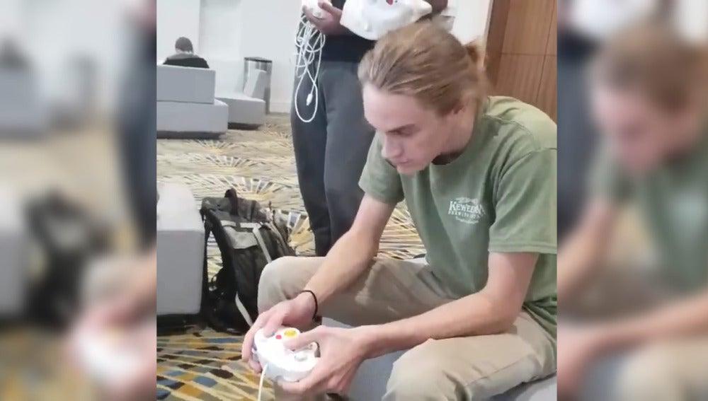 Jugador con el mando de GameCube