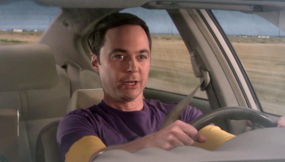 Howard deja que Sheldon conduzca su coche