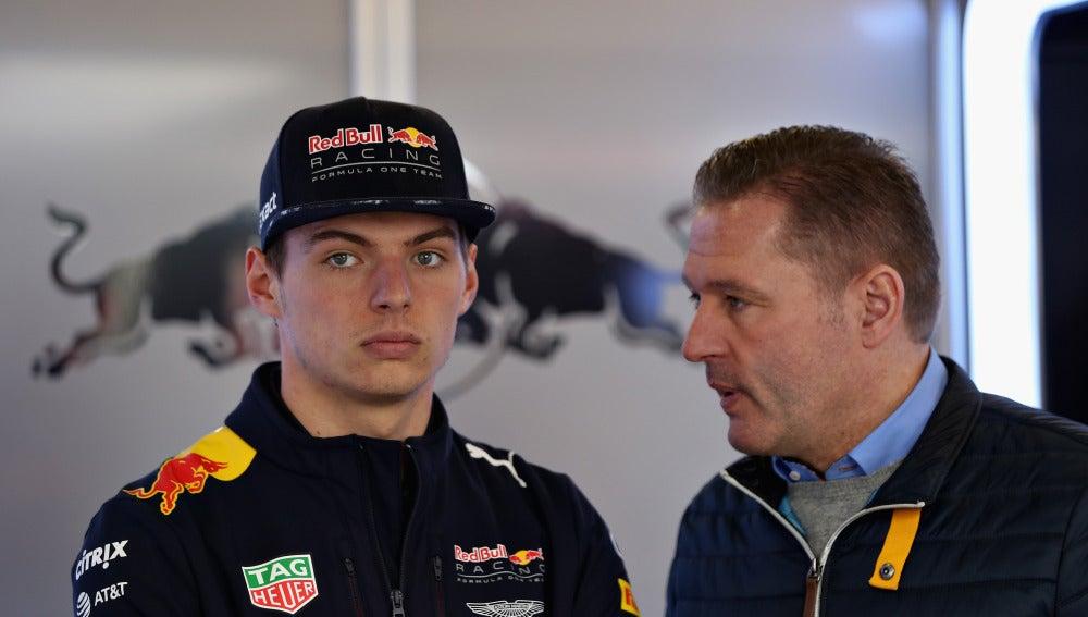 Jos Verstappen dialoga con su hijo Max
