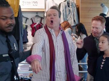 Cameron, Mitchell o Lily, cazados robando un sujetador en el centro comercial