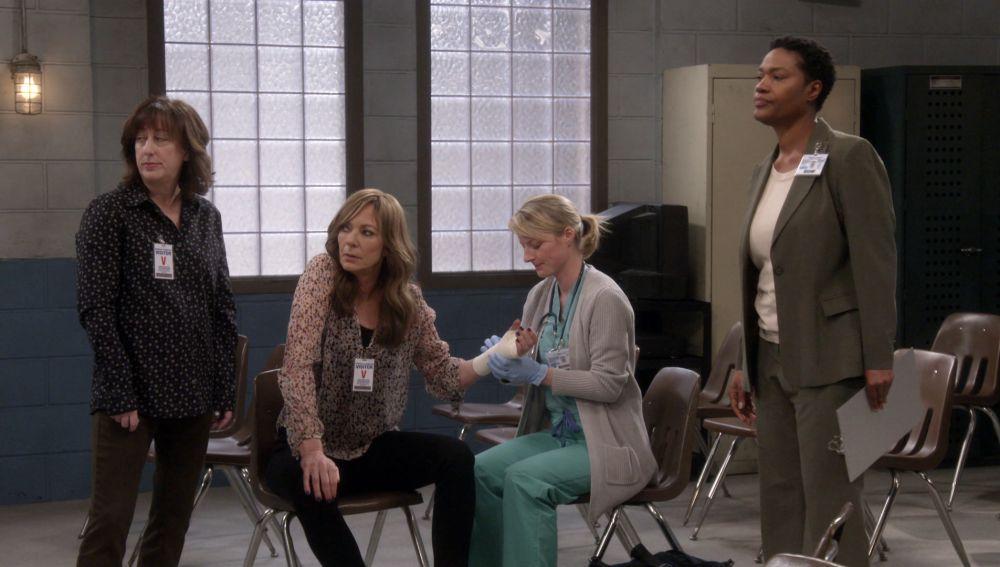 Las chicas reciben una paliza por un grupo de reclusas
