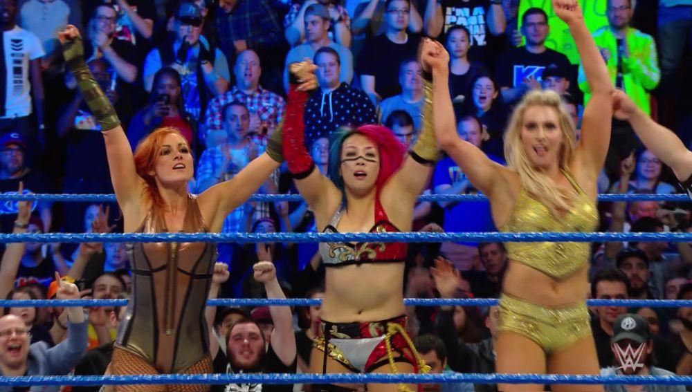 Asuka, Charlotte Flair y Becky Lynch vencen a Carmella, Billie, Billie Kay y Peyton Royce