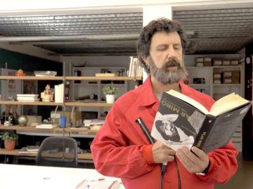 ¿Qué hace Moscú (Paco Tous en 'La casa de papel') leyendo al revés?
