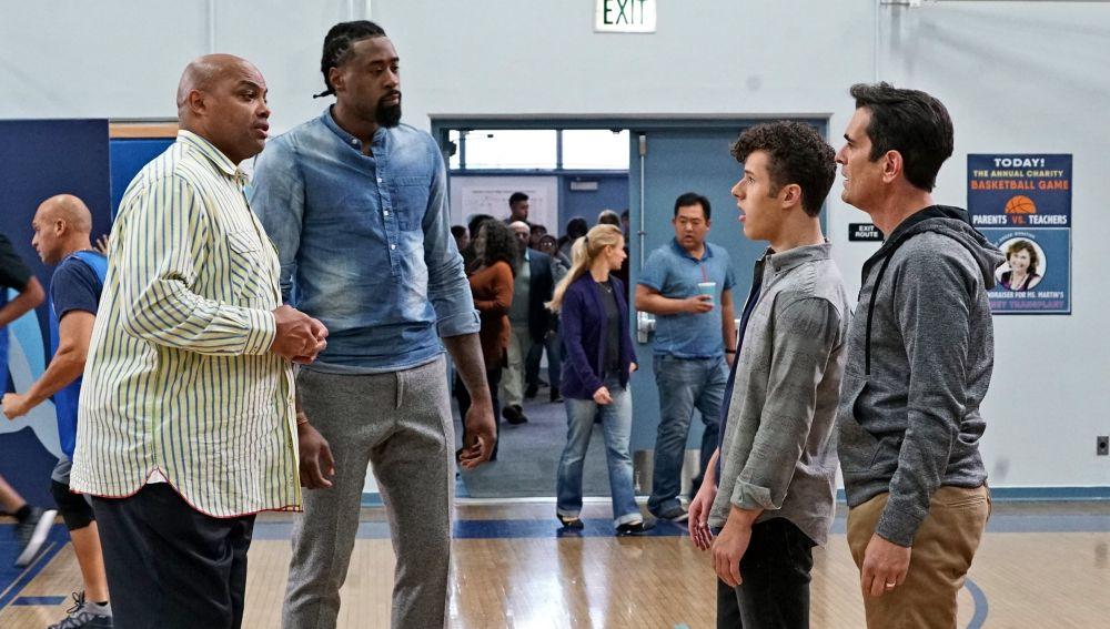 Modern Family - Temporada 8 - Capítulo 16: ¡Baloncesto!