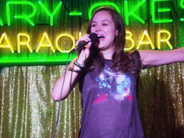 Erica Goldberg empieza a trabajar en un Karaoke