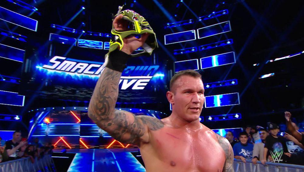 Randy Orton arranca la máscara de Rey Mysterio