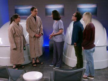 Amy y Sheldon se meten en un tanque de privación sensorial