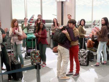 La declaración de amor de Howard a Raj en el aeropuerto