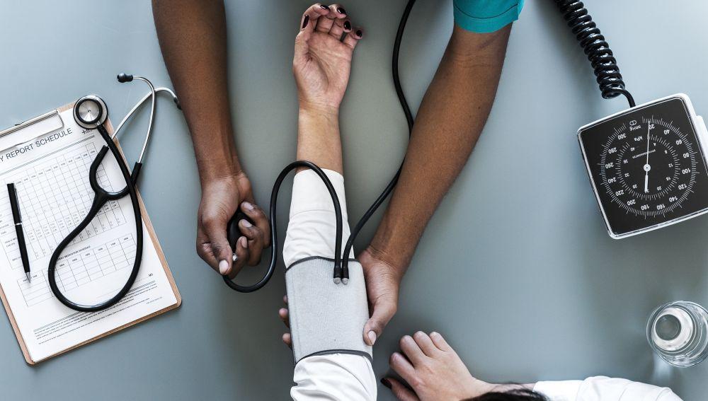 Enfermero cuidando paciente