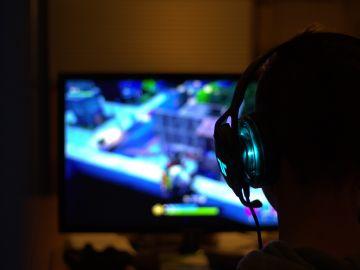 Niño juega al Fortnite