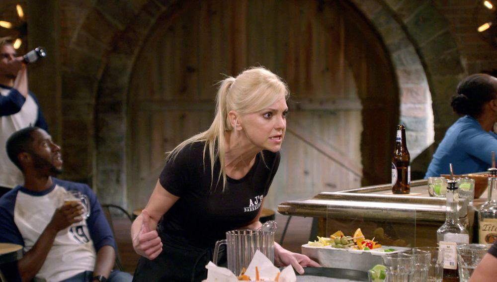 Christy se enfrenta a un cliente maleducado del bar