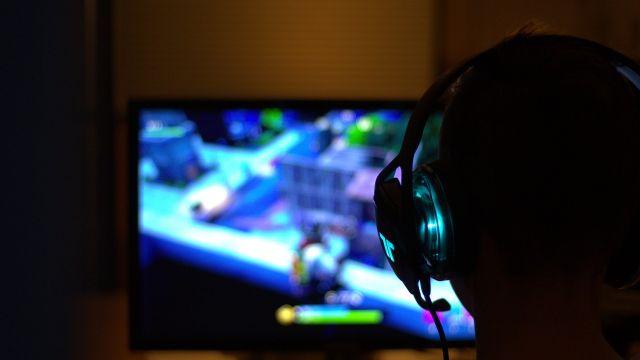 Niño jugando a videojuegos