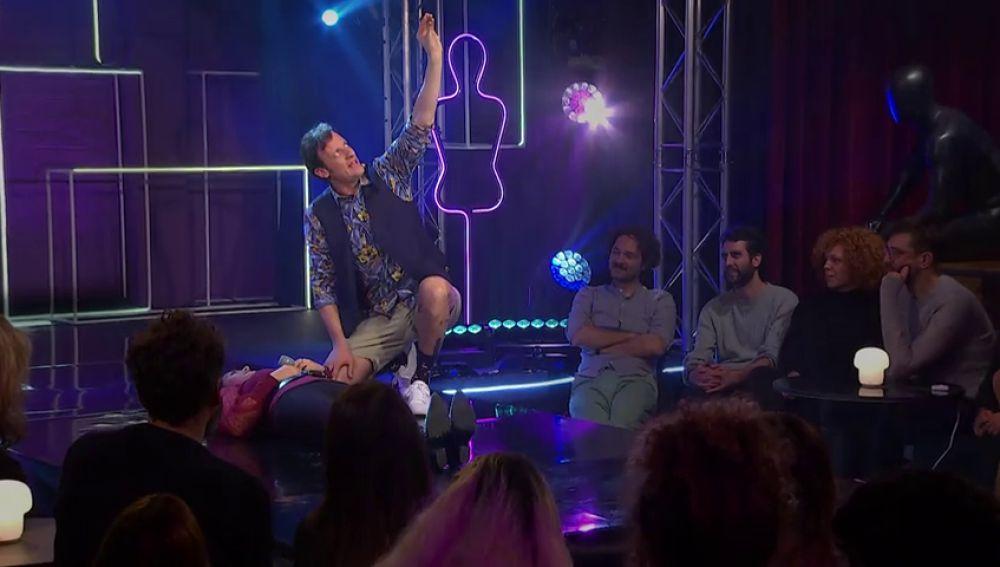 Edu Soto practica la hipnosis a una mujer del público de 'los Notas'