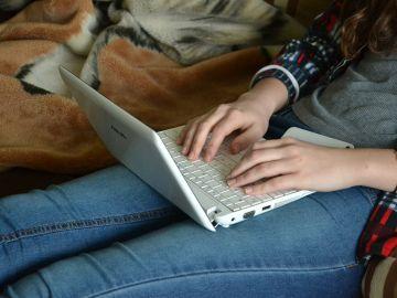 Persona usando el ordenador
