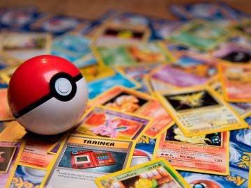 Imagen de archivo de varias cartas de un juego de Pokémon.