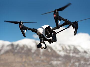 Dron en la montaña