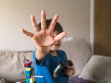 Niño con mando de Xbox