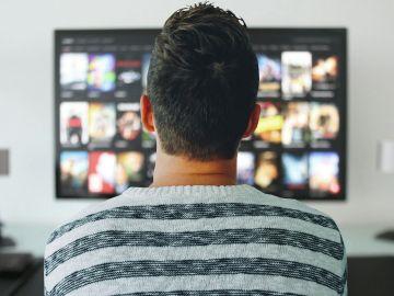 Hombre viendo la TV