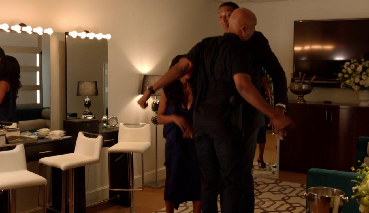 Murtaugh pilla a su mujer con Scott en el camerino