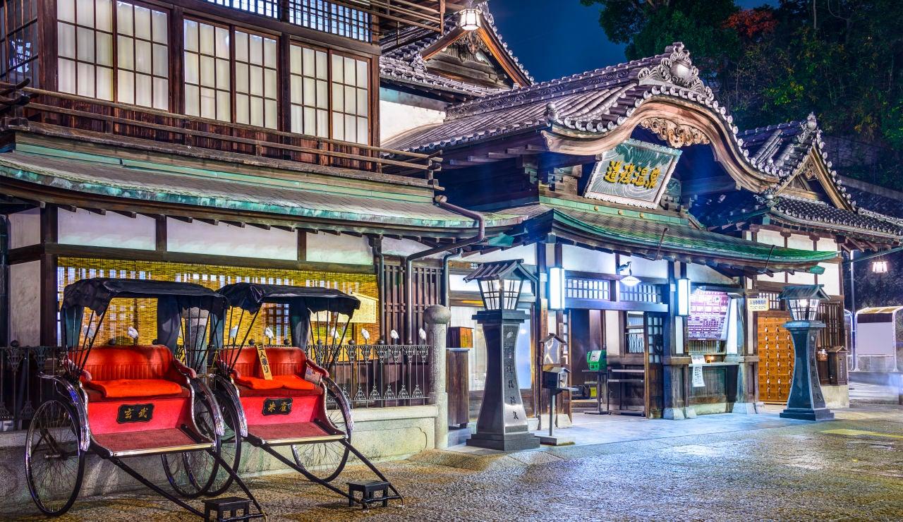 Drama en Japón por el robo de un cartel de anime en unos emblemáticos baños