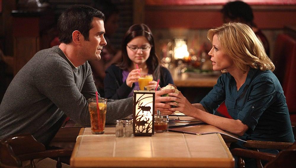 Phil y Claire hablan en el restaurante