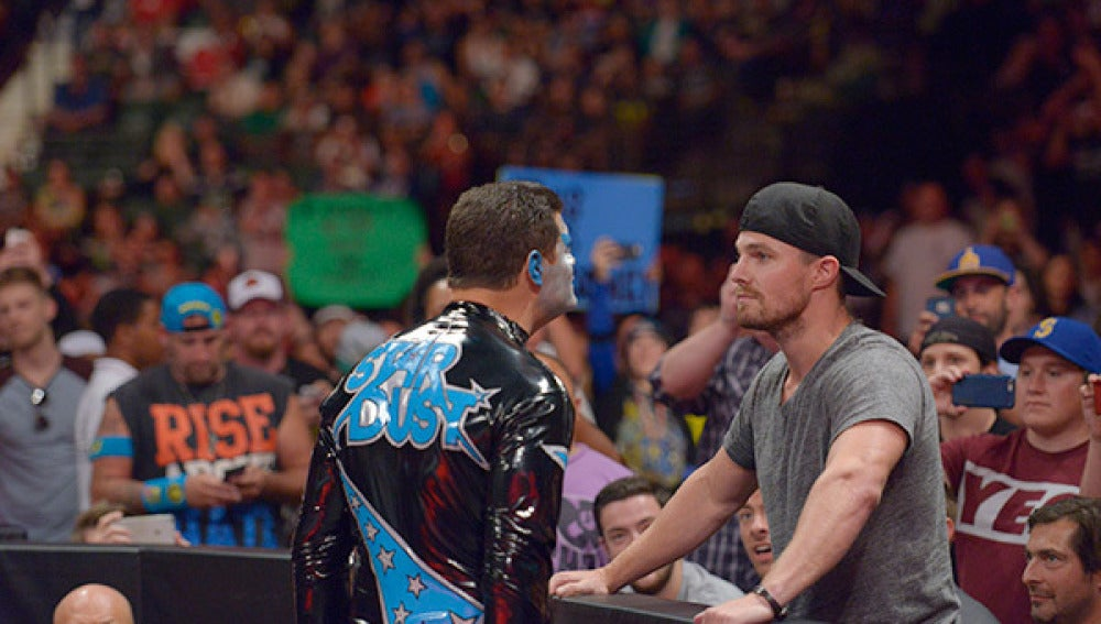 Stephen Amell salta al ring de RAW
