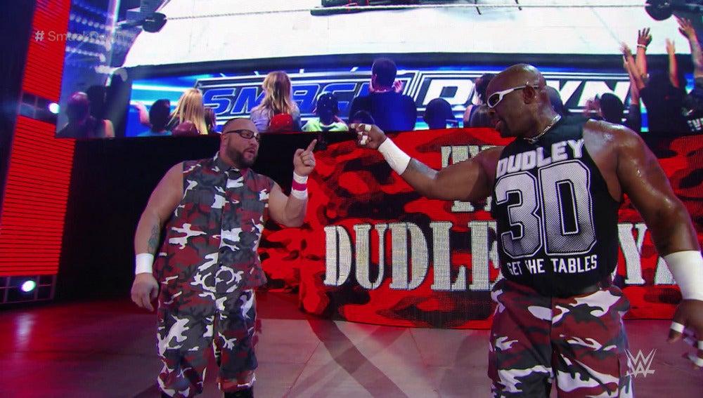 The Dudley Boyz pasan triunfantes por 'SmackDown'